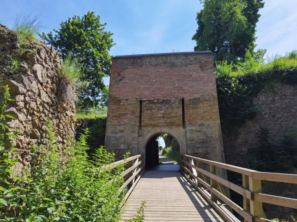 Über diese Brücke geht es hinein in die Burgruine Donaustauf