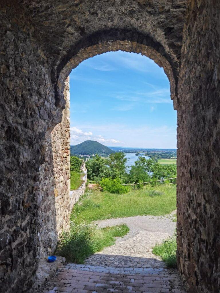 Durchgang in der Burgruine Donaustauf