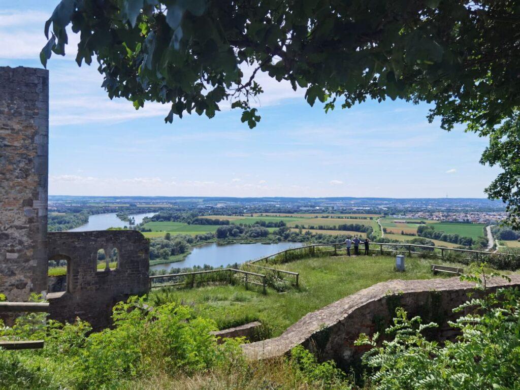 Zur Burgruine Donaustauf wandern - mit dem Aussichtspunkt Richtung Regensburg