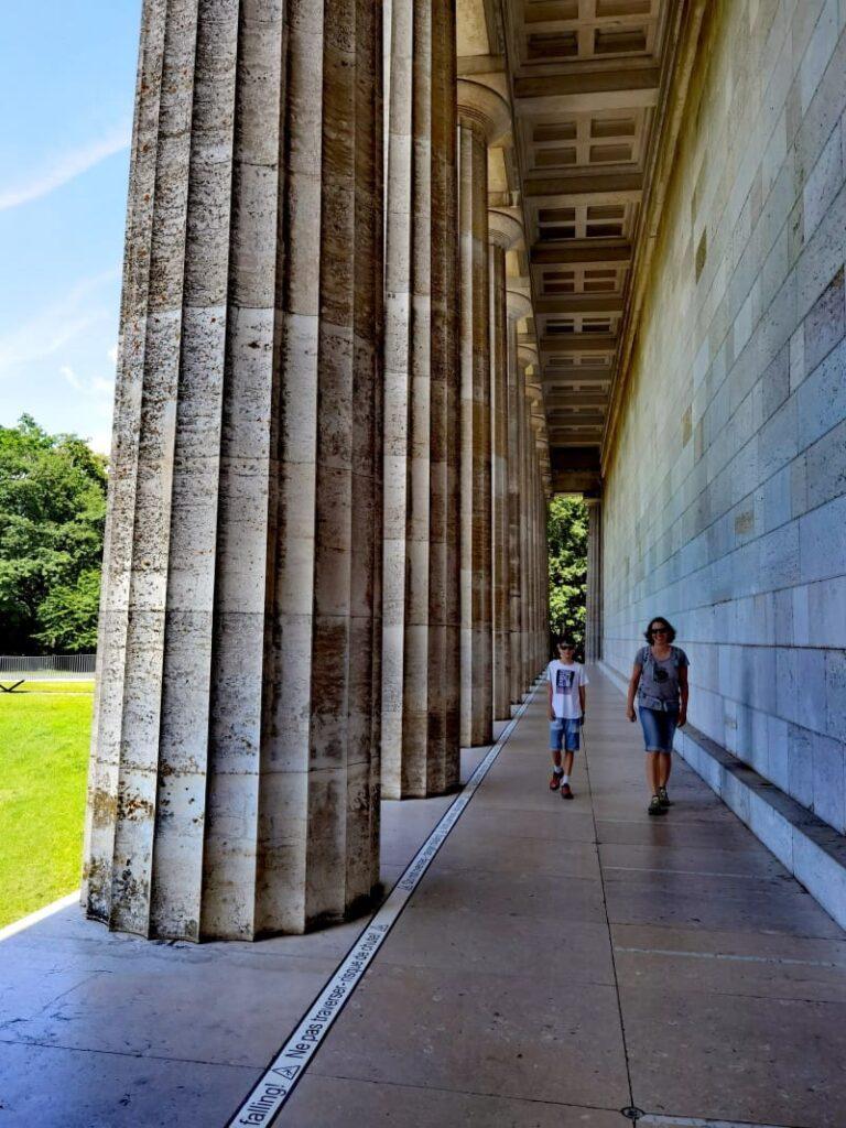 Für den Spaziergang zwischen den Säulen brauchst du keinen Walhalla Eintritt bezahlen